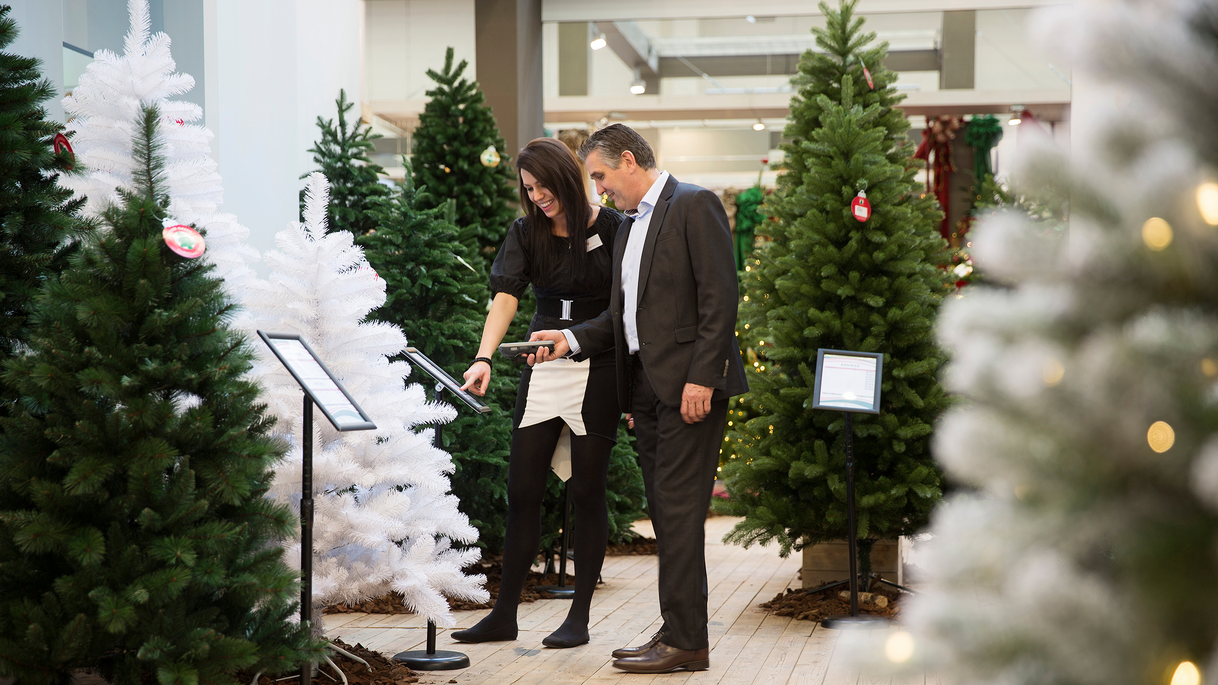 Christmasworld: Sales talk exhibitor with a visitor