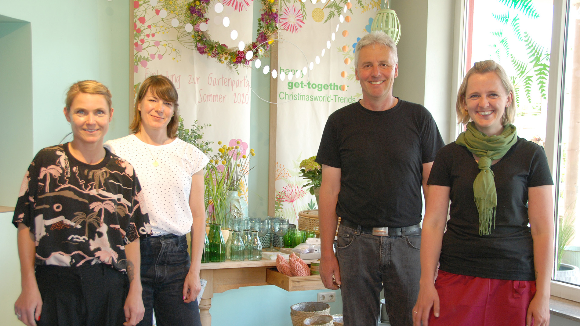 from left to right: Julia Nawra and Simone Maurer (experts in visual marketing and decoration at Juni Visuelles Marketing), Elmar Fleck, owner of Blumenlädchen Morles, and his daughter Karolin Roßdeutsch
